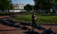 抗议者在白宫外放装尸袋办葬礼 斥政府抗疫不力