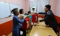 刘劲松大使在中秋佳节之际看望在巴尔赫省的两岸同胞