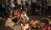 巴塞罗那民众点烛悼念恐袭遇难者