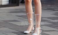 街拍:香奈儿的透明靴子,是用来穿的,而不是用来趟水的
