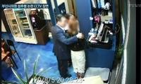 监控曝光!韩国男议员当众搂女服务生 竟称只想鼓励她