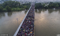 """成千上万移民""""挤爆""""墨西哥边境大桥"""