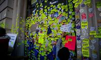 英民众反脱欧游行 内阁办公室成花墙