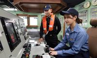 韩国女团登上新锐护卫舰体验