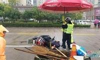 抚州交警为伤者雨中撑伞