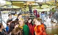俄绝密战斗机工厂开放参观 苏35随便看随便摸