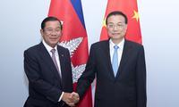 李克强会见柬埔寨首相洪森
