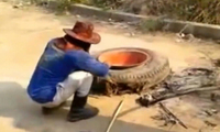 农民路边发现废弃轮胎,蹲在地上拆轮胎,结果让他高兴坏了!