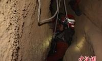 贵州男子进洞探险跌入深堑 消防穿夹缝急救援