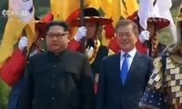 韩朝首脑握手寒暄 随后金正恩写下:新的历史从现在开始