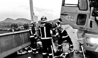京昆高速 司机被困车中半小澳门银河送彩金破拆救出