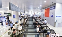 冒用姐姐照片改小年龄 老外变造护照过境偷渡 上海边检7月查获10余起非法入境案