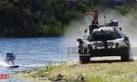 有钱任性!美军迷开豹1坦克玩牵引冲浪