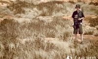 刘昊然为保护野生动物发声 新照曝光与大象近距离接触