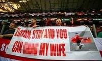 曼联球迷标语:伊布留下吧!你可以干我老婆|图